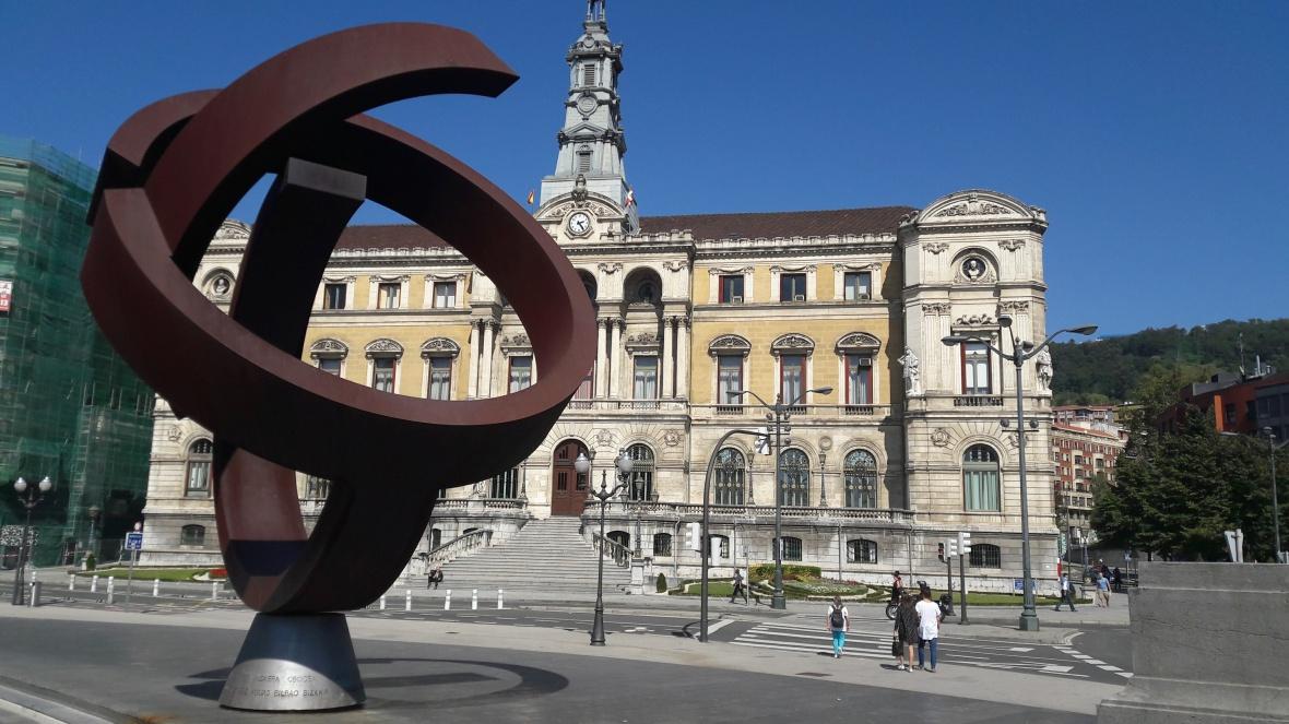 Ayuntamiento de Bilbao presidido en primer plano por la escultura de Oteiza.